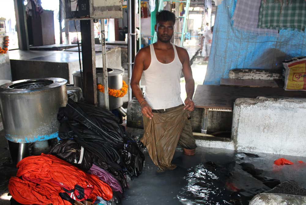 worker-washing-dhobi-ghat-mumbai-bombay-india
