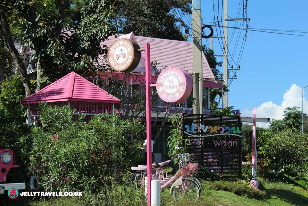 pai-waan-pink-house-pai-thailand