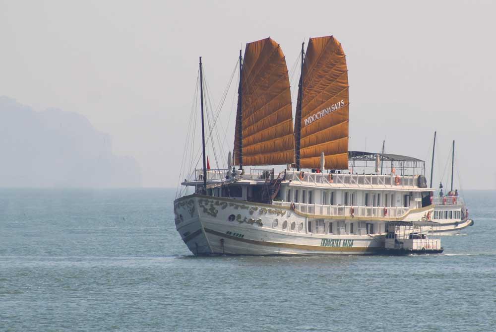 boat-sails-ha-long-bay-vietnam