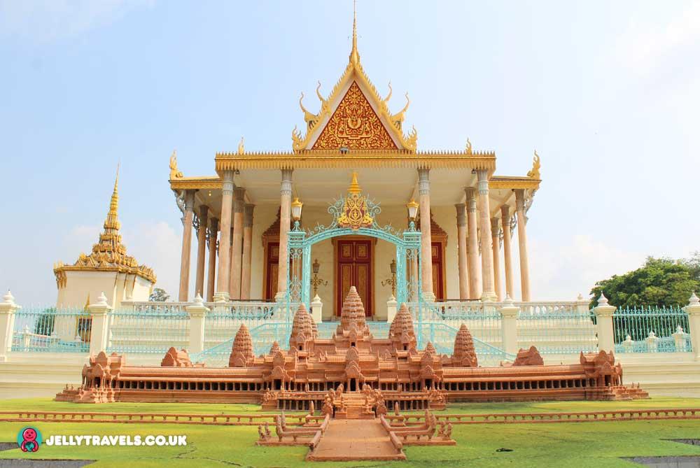 angkor-wat-statue-royal-palace-phnom-penh-cambodia