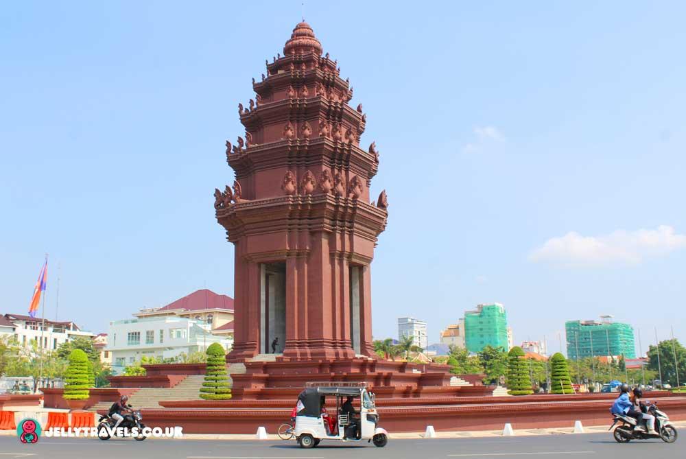 monument-statue-phnom-penh-cambodia