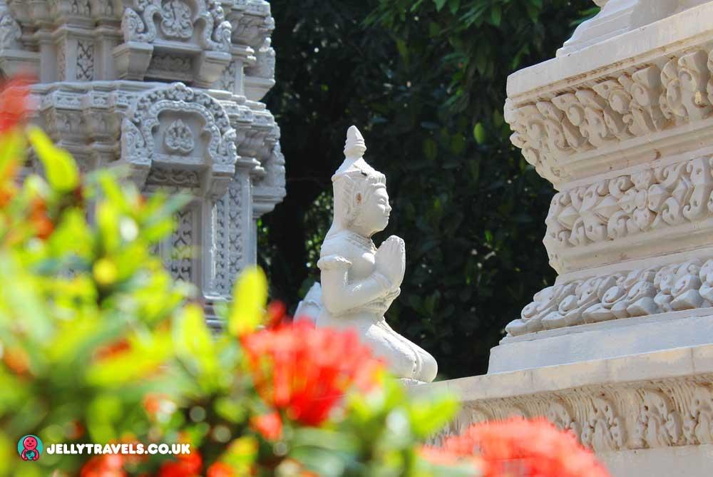 statue-Wat-Langka-phnom-penh-cambodia